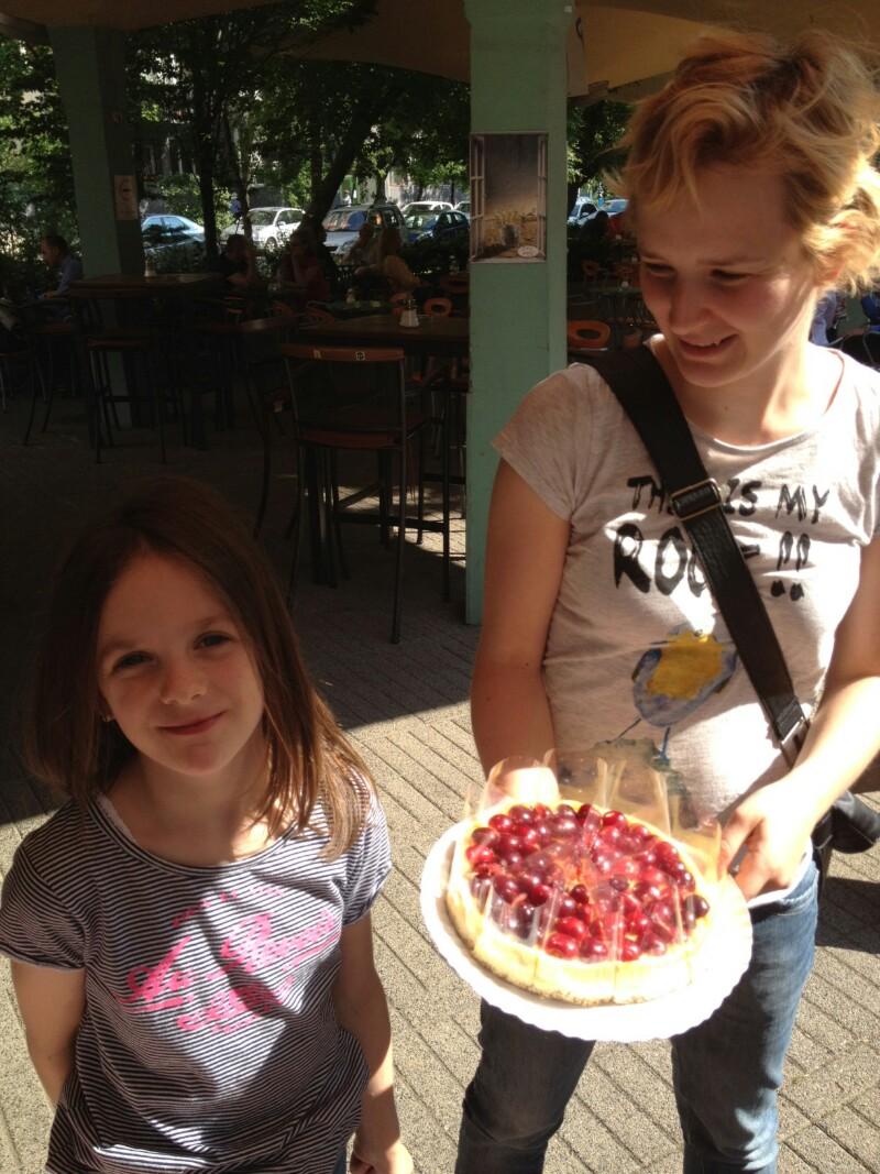 tranzit-�des S�ri betoppant a friss, csereszny�s sajttort�val